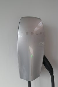 Der Ladestrom für unser Tesla Modell S stammt auch von unserer eigenen Solaranlage auf dem Dach der Fahrzeughalle.